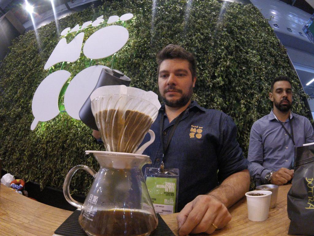 Barista Leo Moço preparando um café fermentado pelo processo Sprouting.